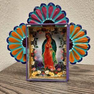 altaar van maagd van guadalupe met gouden glitters en mooie bloemen