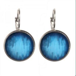 ronde blauwe geverfde oorbellen. zilveren afwerking
