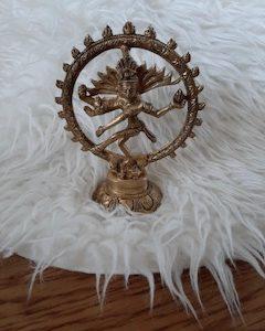 metalen boeddha shiva in gouden cirkel