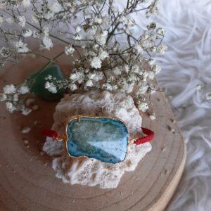 armband met agaat steen en rode band van geknoopt touw