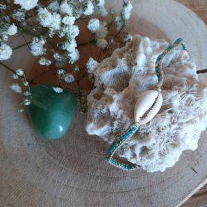 armbandje met schelpje en blauwe kraaltjes