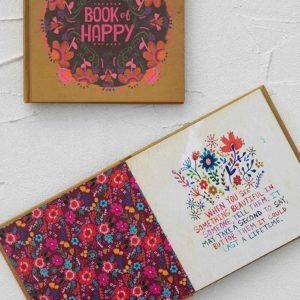 boekje van beige kleur met etskt book of happy met een verzameling van onze favoriete afbeeldingen en teksten