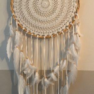 witte ronde dromenvanger met veren en gehaakte binnenkant