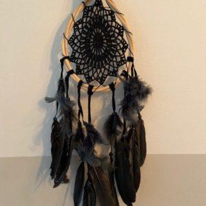 zwarte druppelvormige dromenvanger met gehaakte binnenkant
