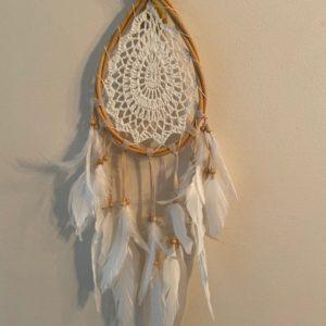 witte druppelvormige dromenvanger met gehaakte binnenkant
