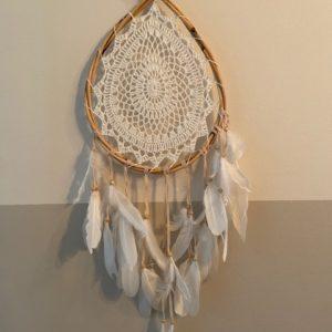 witte dromenvanger druppelvorm met witgehaakt middelpunt