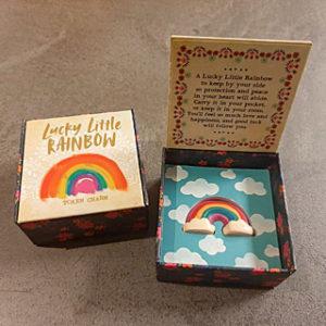 klein doosj e van natural life met de tekst lucky little rainbow met een klein rregenboog miniatuurtje erin