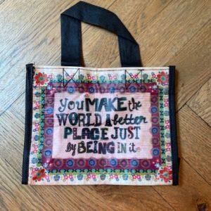 happy bag van gerecyclede water flessen met tekst you make the world a better place