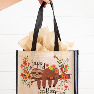 happy bag van gerecyclede water flessen met afbeelding van luiaard liggend op een tak met bloemen