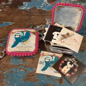 happy notes to share. klein metalen doosje met een luiaard en babyluierd aan een tak en bloemen. leuke quote kaartjes erin om uit te delen aan de mensen die jij liefhebt