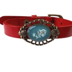 leren armband in de kleur rood met ornament erop met een bloem. nostalgie met stevige stoerheid