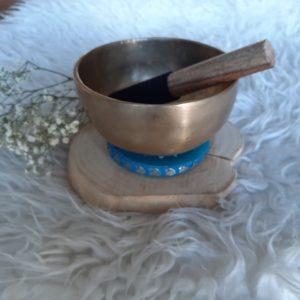 klankschaal Oorspronkelijke, handgehamerde klankschaal. incl blauw kussentje en aanstrijkhout