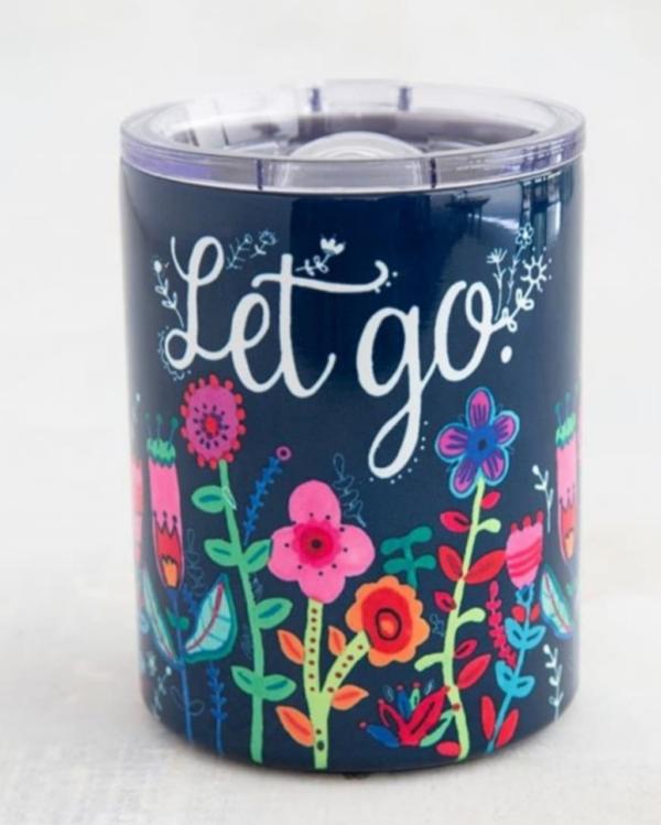 lowball tumbler in donkerblauw met bloemen en de tekst let go