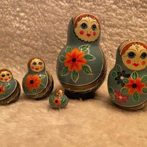 matroesjka blauw met 5 poppetjes. gezichtje en bloem oranje