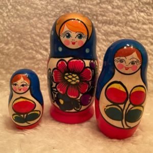 matroesjka afgelakt 3 poppetjes met gezichtjes en bloemen