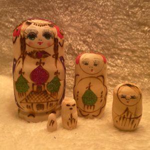 matroesjkas 5 poppetjes met glitter. gezicht op beide kanten geschilderd op hout