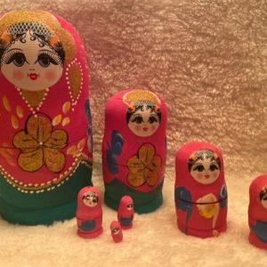 7 matroesjkas in roze met glitters. vrouwen gezicht en bloemen en verschillende versiersels