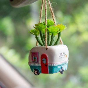 happy camper voor aan de spiegel in de auto met nep plantje
