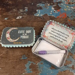 prayer box met potlood en tekst love you to the moon