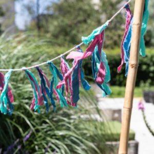 koord slinger met gekleurde stoffen franjes in de kleuren mintgroen blauw en roze