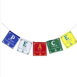 tibetaans gebedskoord met de tekst: peace. 5 vlaggetjes in de kleuren blauw wit rood groen en geel