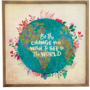wall art met wereldbol en gekleurde bloemen met daarin de tekst; be the change you wish to see in the world