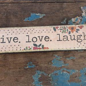 langwerpige wall art met bloemetjes en tekst: live love laugh
