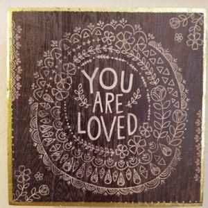wall art met etskt you are loved in een soort van mandala donker kleuren gouden afwerking