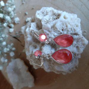 Wat een prachtige schittering hebben deze oorbellen met druppels van Swarovski Elements! De druppels matchen mooi met de ronde steentjes die dezelfde kleur Swarovski Elements hebben.