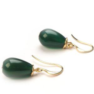 Oorbellen met glad geslepen druppels van agaat. Agaat is een edelsteen: een natuurproduct. Hierdoor kan de kleur groen iets varieren ten opzichte van de kleur zoals is te zien op de foto.