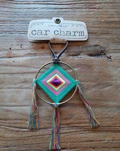 carcharm: goude cirkel met daarin vierkant gehaakt in de kleuren groen en roze en geel. 3 tassels eraan