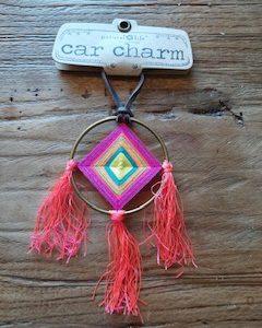 carcharm: goude cirkel met daarin vierkant gehaakt in de kleur roze en geel. 3 tassels eraan