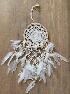 mooie witte dromgenvanger wit gehaakte binnenkant en witte veren aan de onderkant