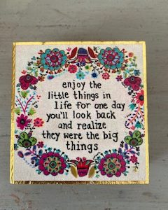kleine wall art met bloemen krans en mooie tekst: enjoy the little things in life for one day you'll look back and realize they were the big things
