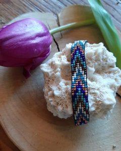 glaskralen armband geweven in de kleuren blauw wit en koper