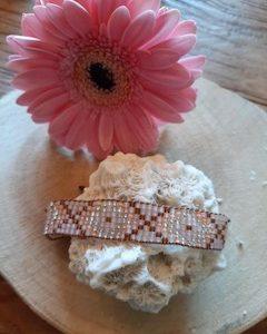 hangemaakt geweven armband met glaskralen en leuk patroontje met kruisjes. kleur oud roze bruin en zalm
