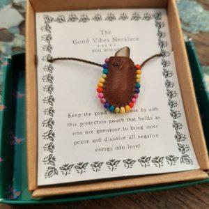 beschermende steen in een klein zakje die je als ketting kunt dragen