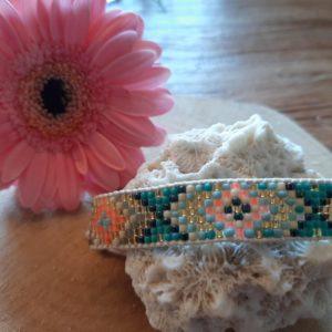 handgeweven armbandje met kraaltjes wit blauw turquoise en zalmroze