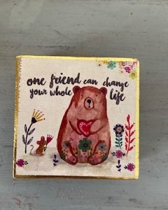 kleine wall art van 6 bij 6 cm met een beertje reop en tekst: one friend can change your whole life