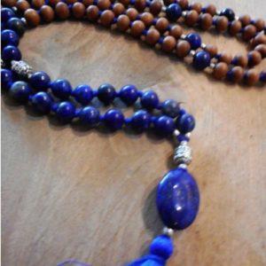 Mala Spiritual Power met sandelhout en lapis lazuli en guru bead. bruine kralen met blauwe kralen en blauwe steen met tassels