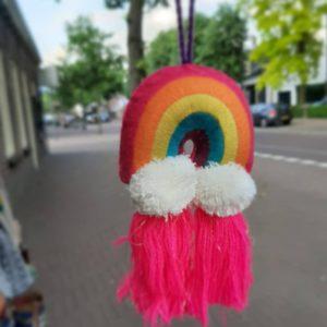 natural life regenboog met tassels in de kleur roze onderaand e regenboog wolkes en tassels. voor bijv in de auto te hangen