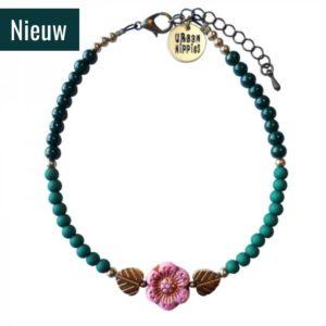 enkelbandje turquoise kraaltjes met 2 gouden blaadjes en een roze bloemetje in het midden