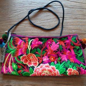 tas met backgound zwart en allerlei gekleurde bloemen in fel roze erop