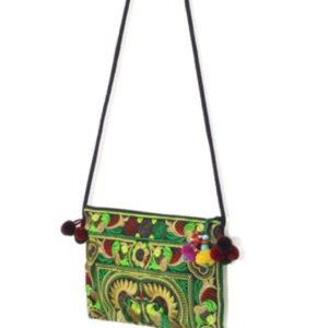 super mooi tasje met vogel atroon in kleur groen en bordeaux rode tinten aan de uiteindes van de tas hangen pompoms