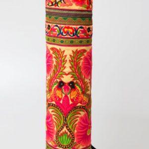 yogamat tas in de kleur geel met mooie versieringen in fel roze en groen