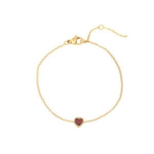 goud armbandje met rood steentje in hartjesvorm