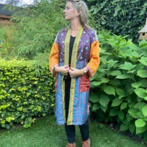 zijde kimono met verschillende kleuren en patroon. geel paars groen en rood en geel