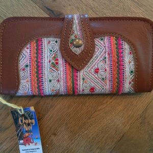 leren bruine portemonnee met veel kleurtjes, drukknop vakjes en ritssluitin aan de binnenkant