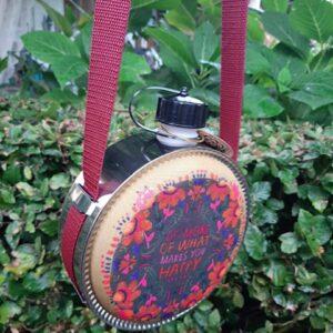 ronde travel bottle met de tekst do more of what makes you happy