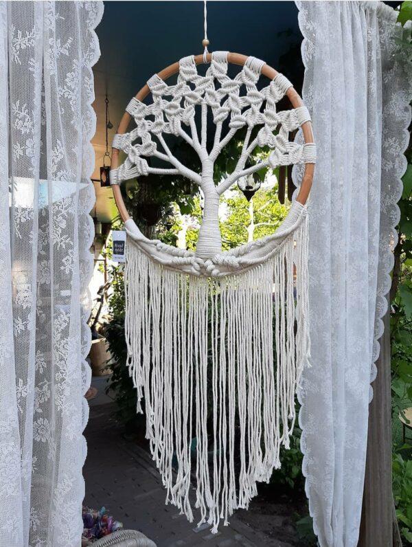witte dromenvanger met daarin een boom en sliertjes aan de onderkant